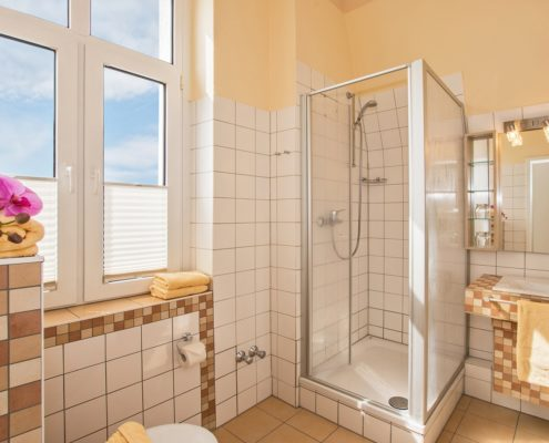 Familienzimmer Typ 1 Amethyst Badezimmer - Urlaubshotel Strandvilla Imperator mit Ferienwohnungen und Zimmern im Seebad Bansin auf Usedom