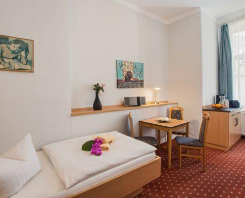 Familienzimmer Typ 2 Saphir Schlafbereich Einzelbett -Urlaubshotel Strandvilla Imperator mit Ferienwohnungen und Zimmern im Seebad Bansin auf Usedom