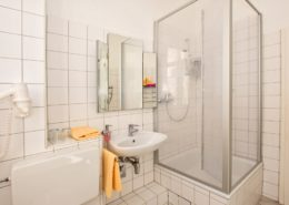 Familienzimmer Typ 2 Smaragd Badezimmer - Urlaubshotel Strandvilla Imperator mit Ferienwohnungen und Zimmern im Seebad Bansin auf Usedom