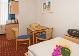 Familienzimmer Typ 2 Smaragd Wohnbereich 1 - Urlaubshotel Strandvilla Imperator mit Ferienwohnungen und Zimmern im Seebad Bansin auf Usedom