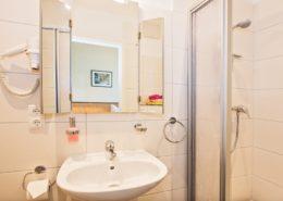 Doppelzimmer Komfort Bad 1 - Urlaubshotel Strandvilla Imperator mit Ferienwohnungen und Zimmern im Seebad Bansin auf Usedom