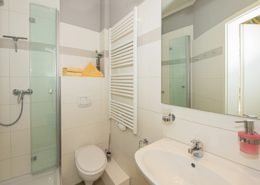 Villa Imperator Doppelzimmer Komfort Bad 2 - Urlaubshotel Strandvilla Imperator mit Ferienwohnungen und Zimmern im Seebad Bansin auf Usedom