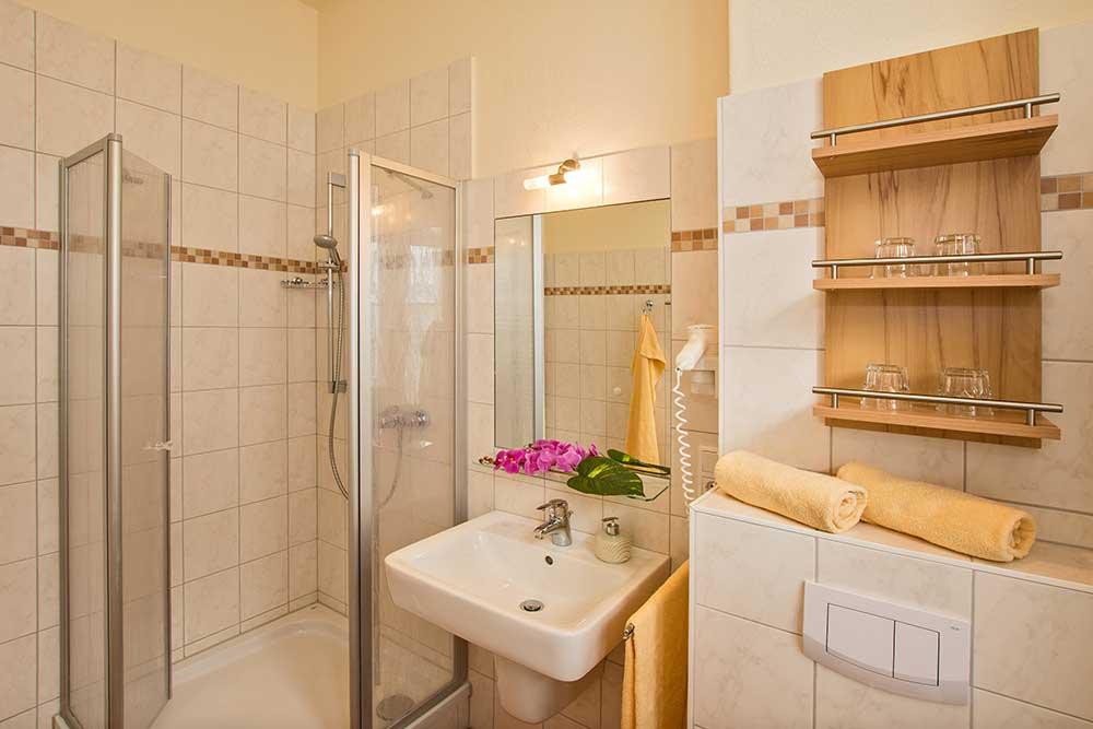Ferienwohnung Onyx Doppelbett Badezimmer