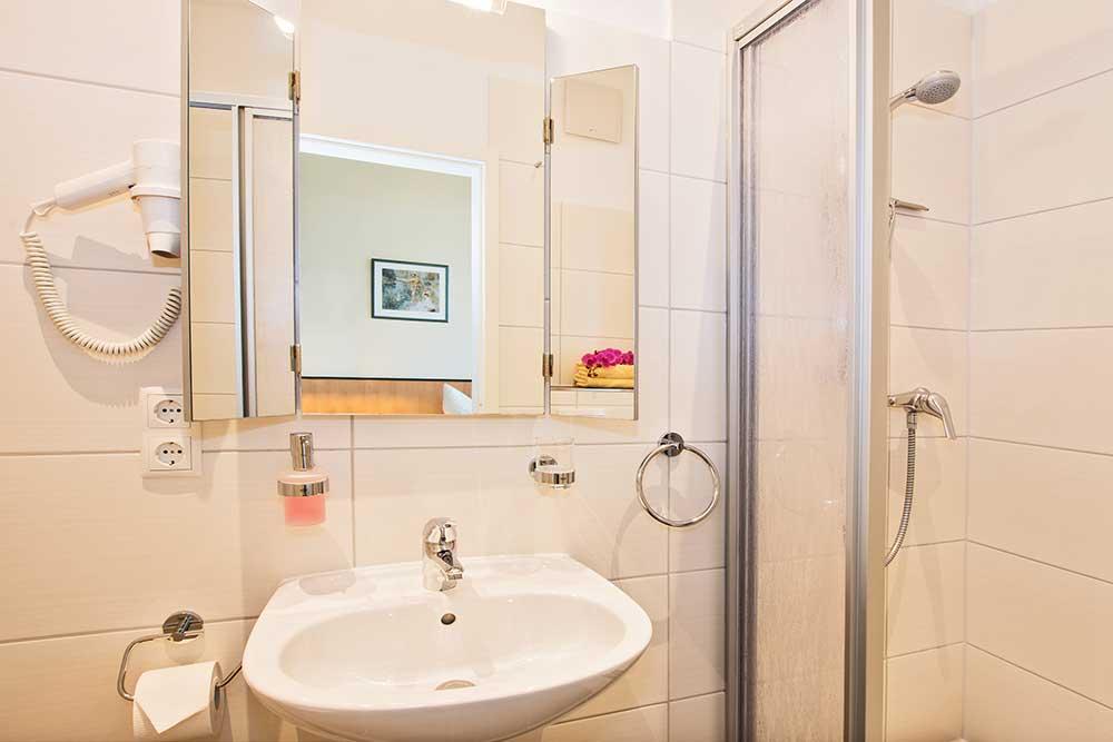 Doppelzimmer Komfort Bad mit Dusche